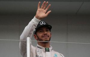 Hamilton saluda desde el podio con gesto serio