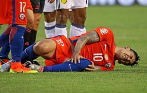 Pablo Hern�ndez retorci�ndose de dolor durante un partido con la...