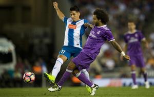 Hern�n P�rez disputa un bal�n con Marcelo