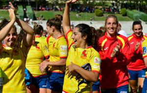 Las jugadoras de la selecci�n espa�ola celebran su triunfo en el...