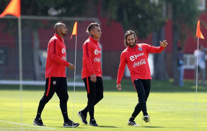 Valdivia hace el amago de un golpeo en presencia de Arturo Vidal y...