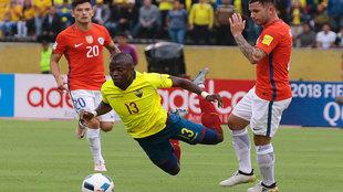 Enner Valencia cae ante la presencia de dos chilenos.