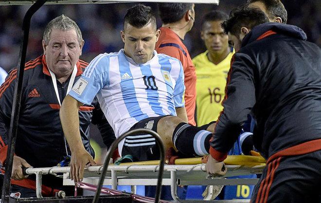 Agüero se marcha en camillas durante un partido de Argentina.