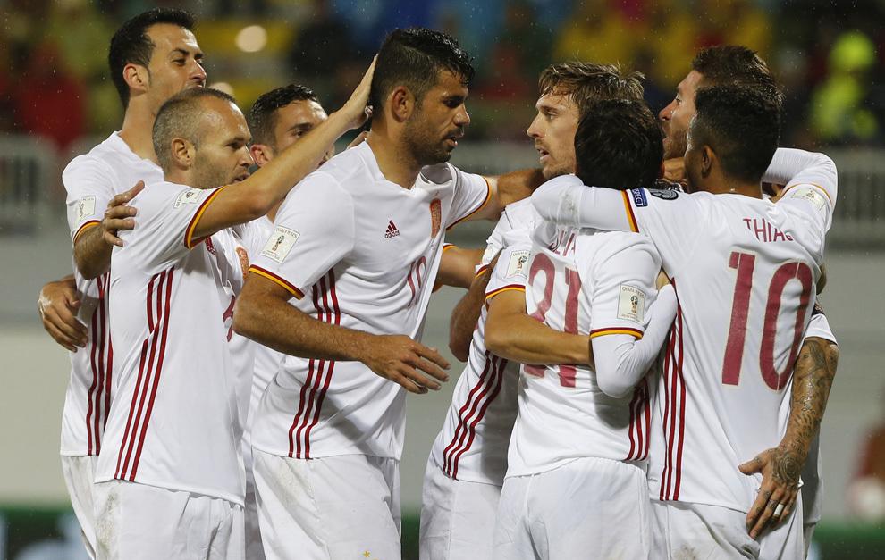 Los jugadores felicitan a Diego Costa por el gol.