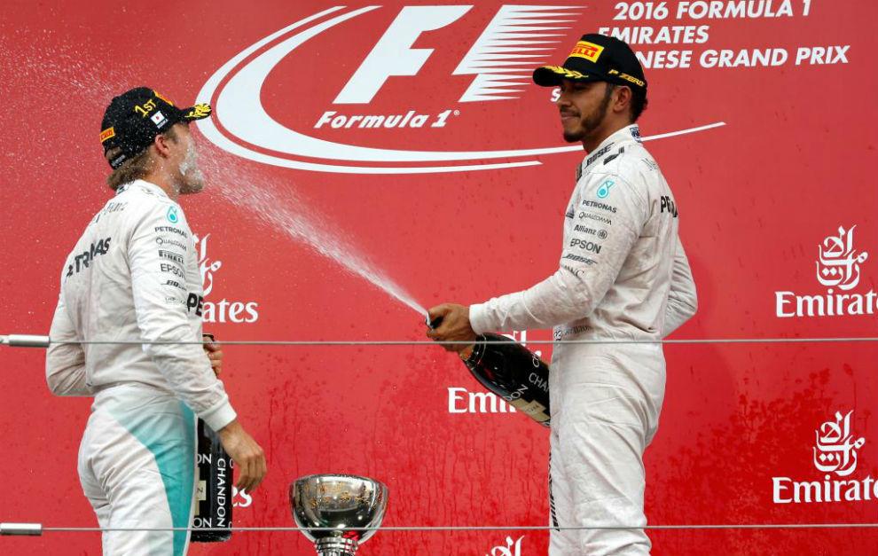 Hamilton empapa a Rosberg con champán en el podio de Suzuka.