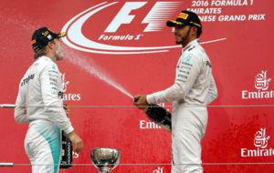 Hamilton empapa a Rosberg con champ�n en el podio de Suzuka.