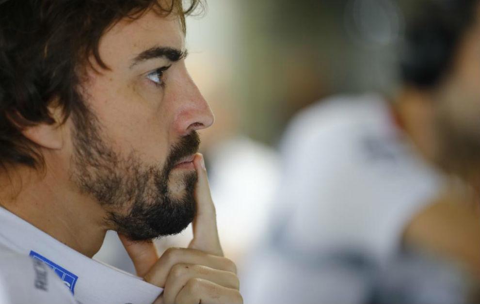 Fernando Alonso, pensativo en el garaje de McLaren Honda.