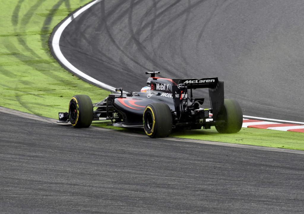 Alonso se va largo en la primera curva de Suzuka en la vuelta inicial.