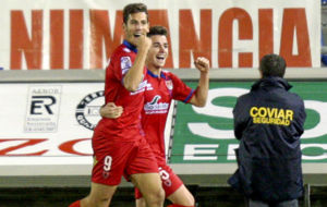 Alegr�a celebra un gol en el Numancia junto a Concha.