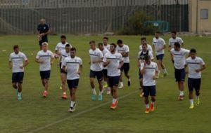 Los jugadores del M�laga corren durante una sesi�n.