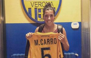 Marta Carro posa con la camiseta del Verona en su presentaci�n.