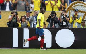 Felipe Caicedo celebra su gol ante Chile.