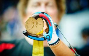 Un participante en el Cybathlon de Zúrich muestra su medalla.