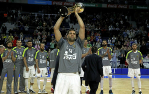 Felipe ofrece a los madridistas la Copa 2016 ganada en La Coruña.