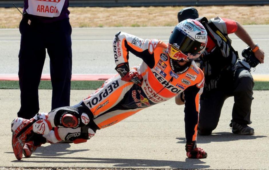 Márquez posa así después de ganar el GP de Aragón de MotoGP.