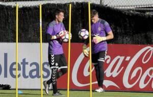 Pau Torres e Isaac Becerra, durante un entrenamiento en Valladolid