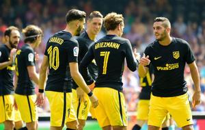 Griezmann celebrando su último gol junto sus compañeros en Valencia