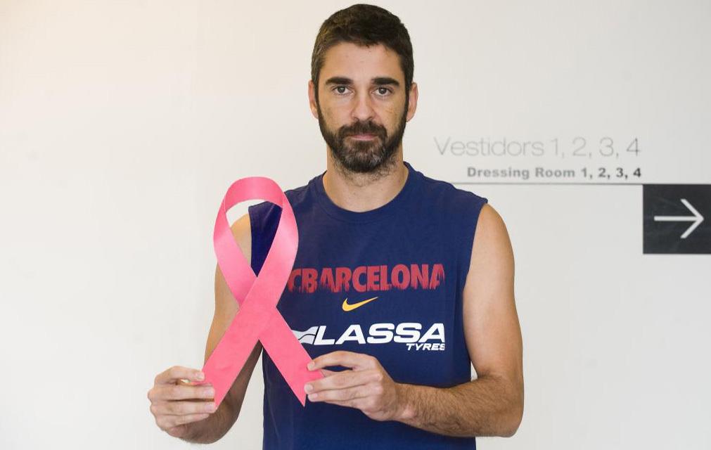 Navarro posa con el lazo rosa del cáncer de mama
