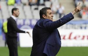 Sandoval hace gestos en el Carlos Tartiere con Fernando Hierro al...
