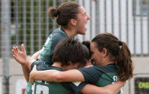 Las jugadoras del Athletic celebran un gol ante el Santa Teresa.