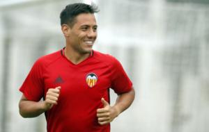 Alves durante un entrenamiento con el club valenciano.