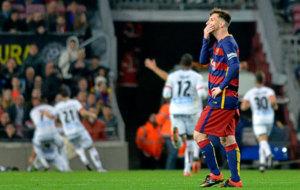 Messi lamenta un gol encajado ante el Deportivo la temporada pasada en...