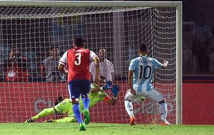 Villar le detiene el penalti a Ag�ero.
