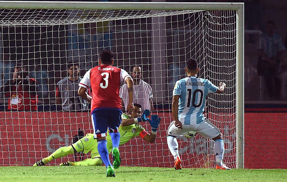 Villar le detiene el penalti a Agüero.