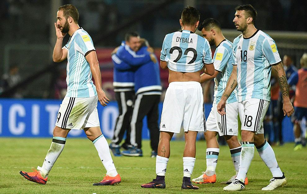 Higuaín, Dybala y Pratto, tras perder ante Paraguay.