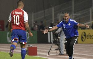 Arce celebra el gol de Paraguay junto a su autor, Derlis Gonz�lez.