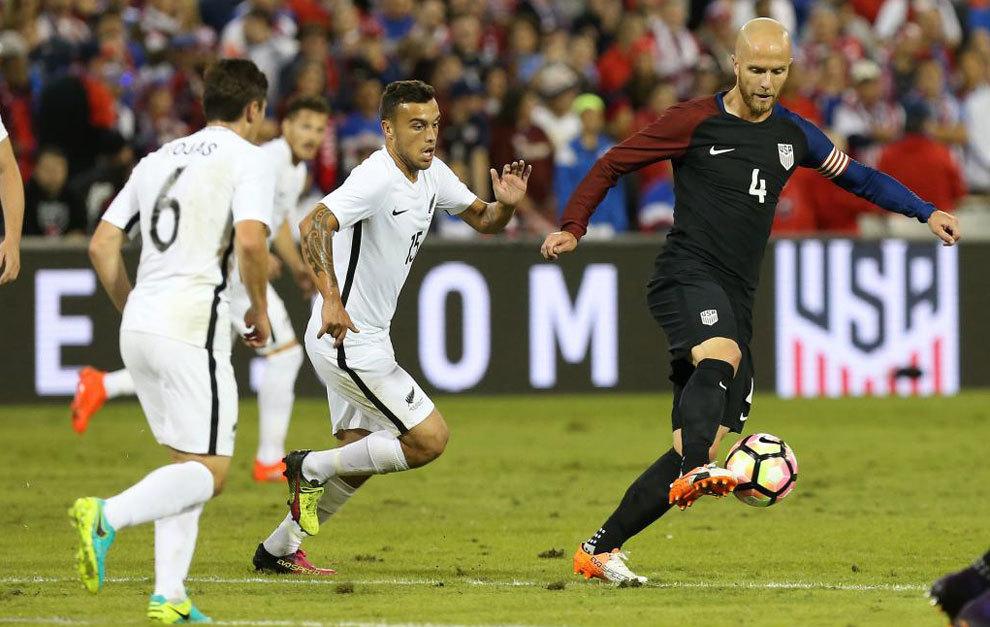 Bradley controla el balón ante un jugador de Nueva Zelanda.