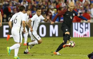 Bradley controla el bal�n ante un jugador de Nueva Zelanda.