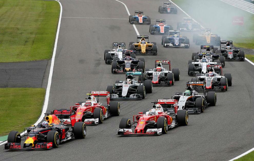 Hamilton, a la izquierda tras los dos Ferrari, pierde seis posiciones...