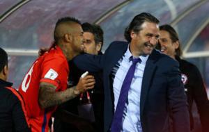 Pizzi celebrando la victoria junto Arturo Vidal