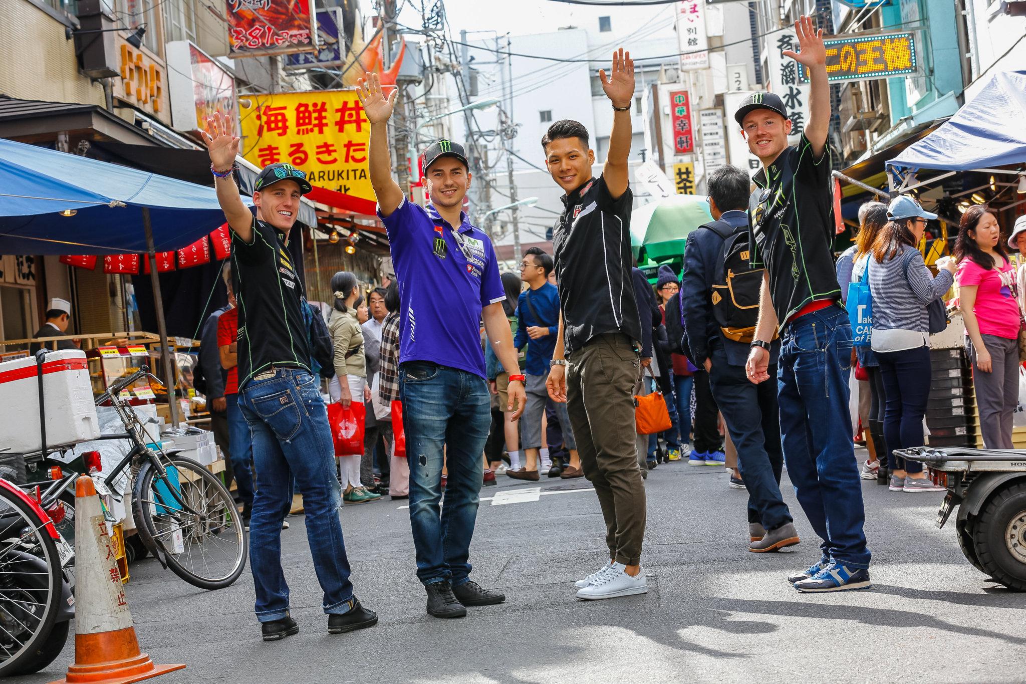 Espargaró, Lorenzo, Nakagami y Bradley Smith, en un mercado de Tokio.