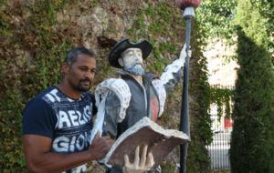 Didier Dinart, junto a una estatu de Don Quijote.