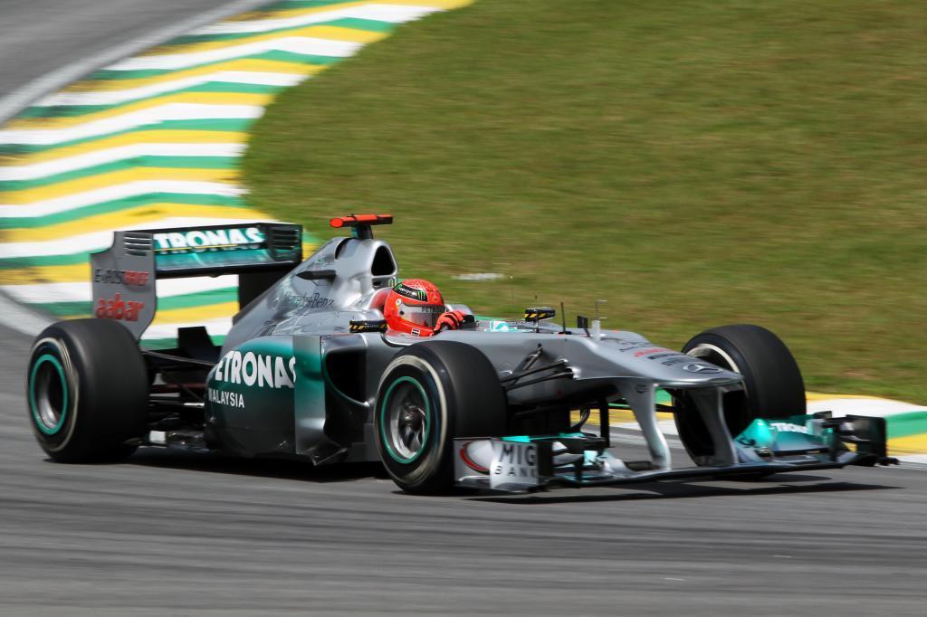 Schumacher pilota su Mercedes W02 en el GP de Brasil de 2011.
