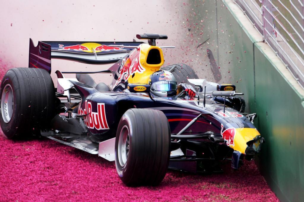 Christian Klien estrella el RB2 contra el muro de Albert Park en el GP...