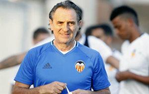 Cesare Prandelli (59), en un entrenamiento con el Valencia.