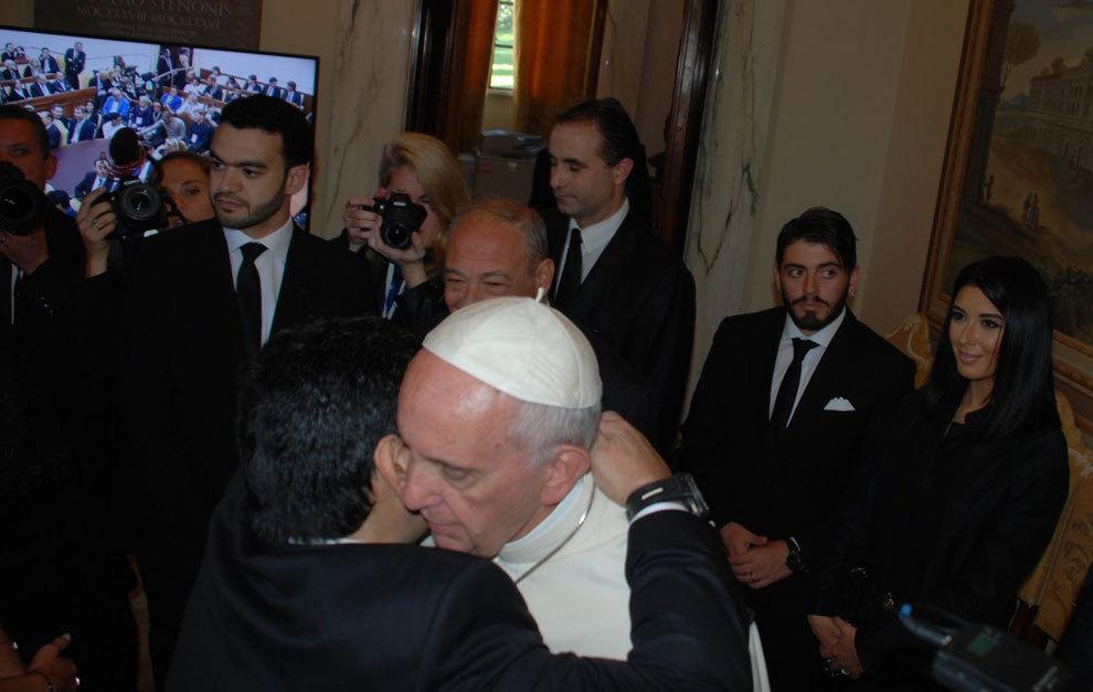 El Papa Francisco y Maradona se abrazan en la recepción.