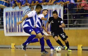 Alemao se lleva el bal�n entre dos jugadores del Jumilla.