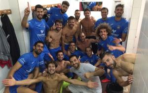 Los jugadores del Formentera posan en el vestuario tras ganar al...