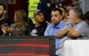 Keylor Navas presenciando a pie de pista el Real Madrid vs. Olympiacos...