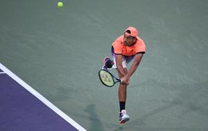 El tenista australiano Kyrgios disputando una bola durante el �ltimo...