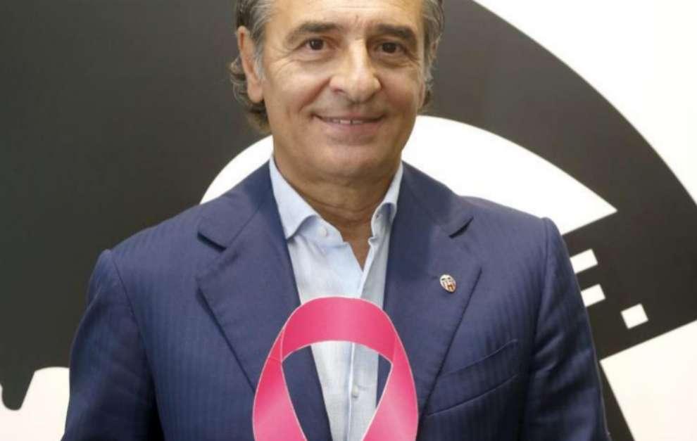 El nuevo entrenador del Valencia, Cesare Prandelli con el lazo