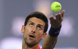Djokovic observa la pelota