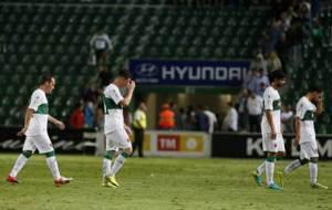 Los jugadores del Elche se marchan cabizbajos tras la derrota en Copa