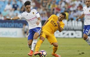 Isaac disputa un bal�n en el partido contra el UCAM Murcia.