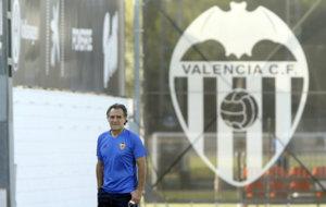 Prandelli, durante un entrenamiento en la ciudad deportiva de Paterna.