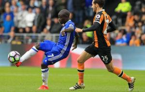 Kanté pasa el balón en presencia de Mason.
